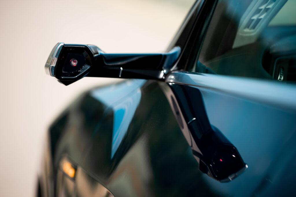 Specchietti retrovisori virtuali con telecamere