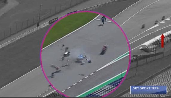 Fotogramma che mostra il momento dell'impatto tra le due moto durante la gara di Moto2