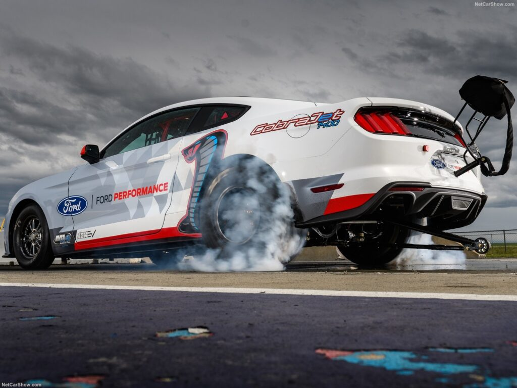 Il riscaldamento delle gomme posteriori prima di una partenza di una drag race