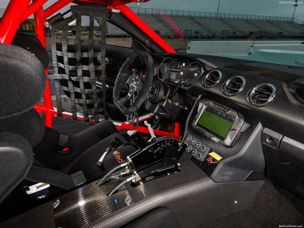 Gli interni del dragster elettrico della Ford