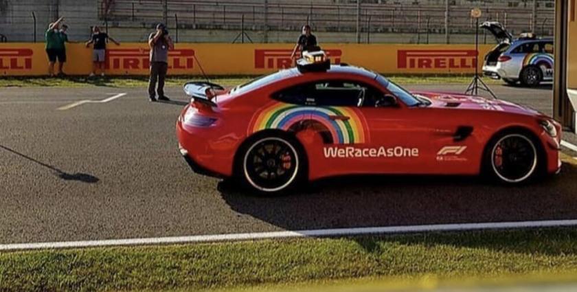 La Safety Car verniciata di rosso per omaggiare la Ferrari