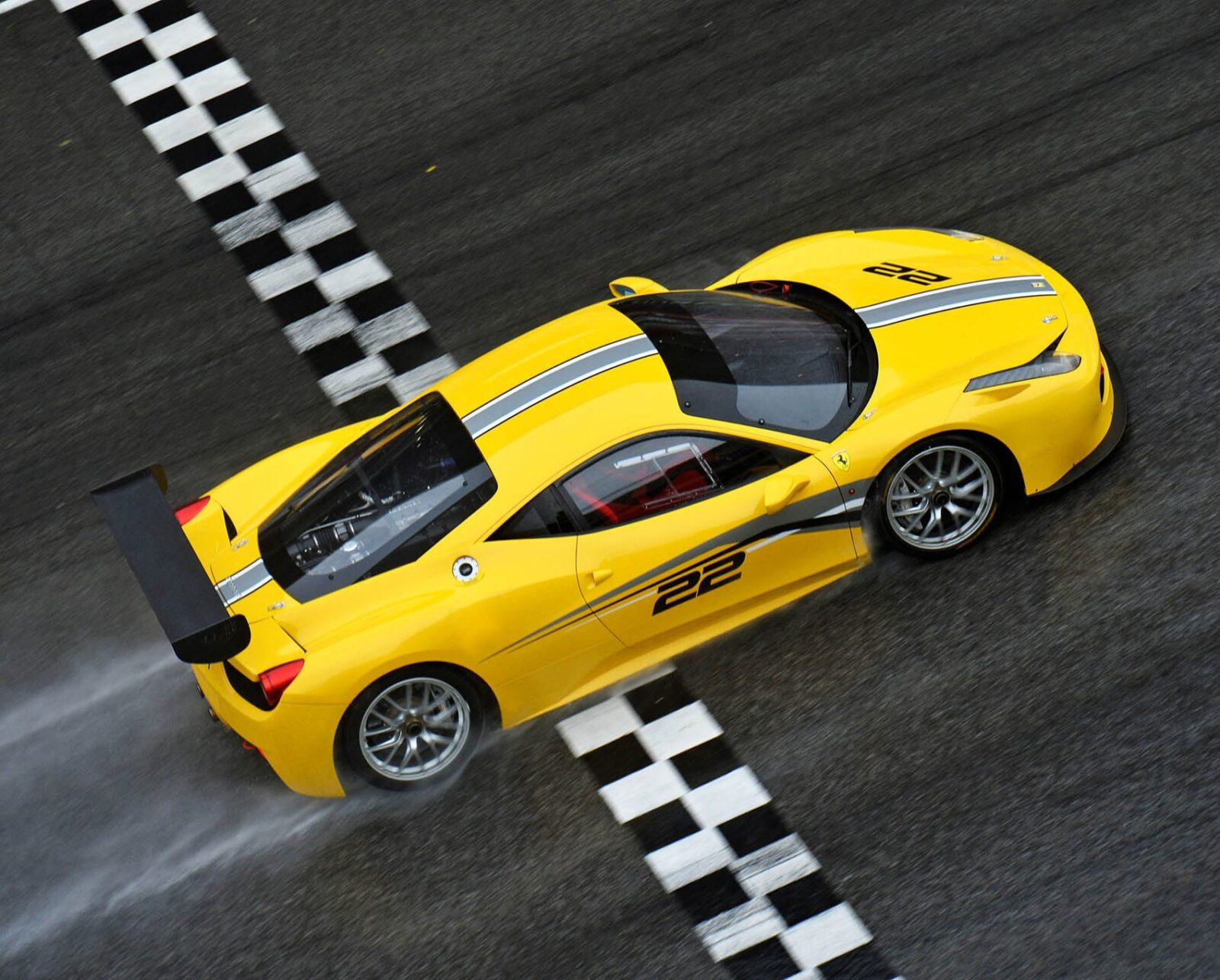 Un pilota in azione sulla Ferrari 458 Challenge Evo