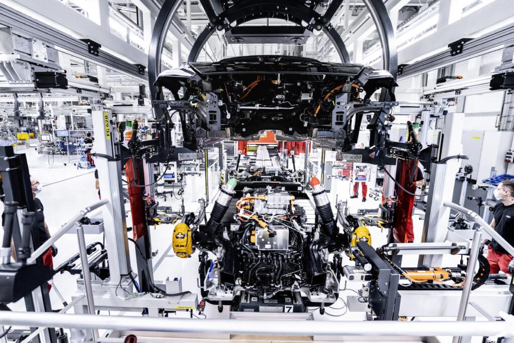 L'impianto di assemblaggio dell'Audi e-tron GT a Böllinger Höfe: i dipendenti fissano la batteria e i componenti della trasmissione alla carrozzeria con viti in 74 punti.