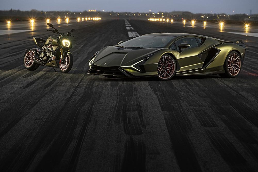 La Ducati Diavel 1260  Lamborghni accanto alla Lamborghini Sian FKP 37