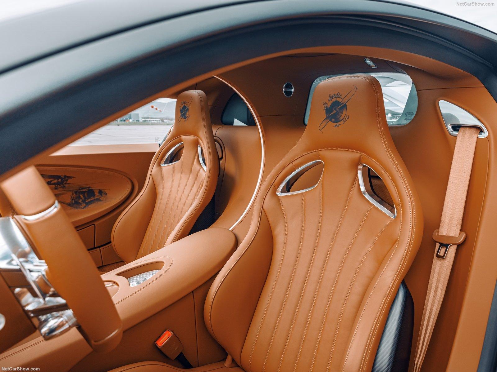 Gli interni della Bugatti Chiron Sport Les Legendes Du Ciel