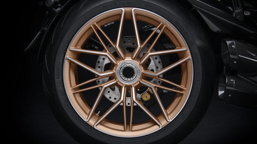 Primo piano del cerchio posteriore della Ducati Diavel 1260 Lamborghini