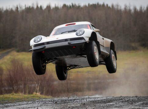 """Porsche 911 ACS: l'elaborazione Singer che """"riporta"""" in vita lo spirito della Dakar"""