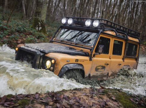 Land Rover Defender Works V8 Trophy: 25 esemplari in onore del leggendario off-road