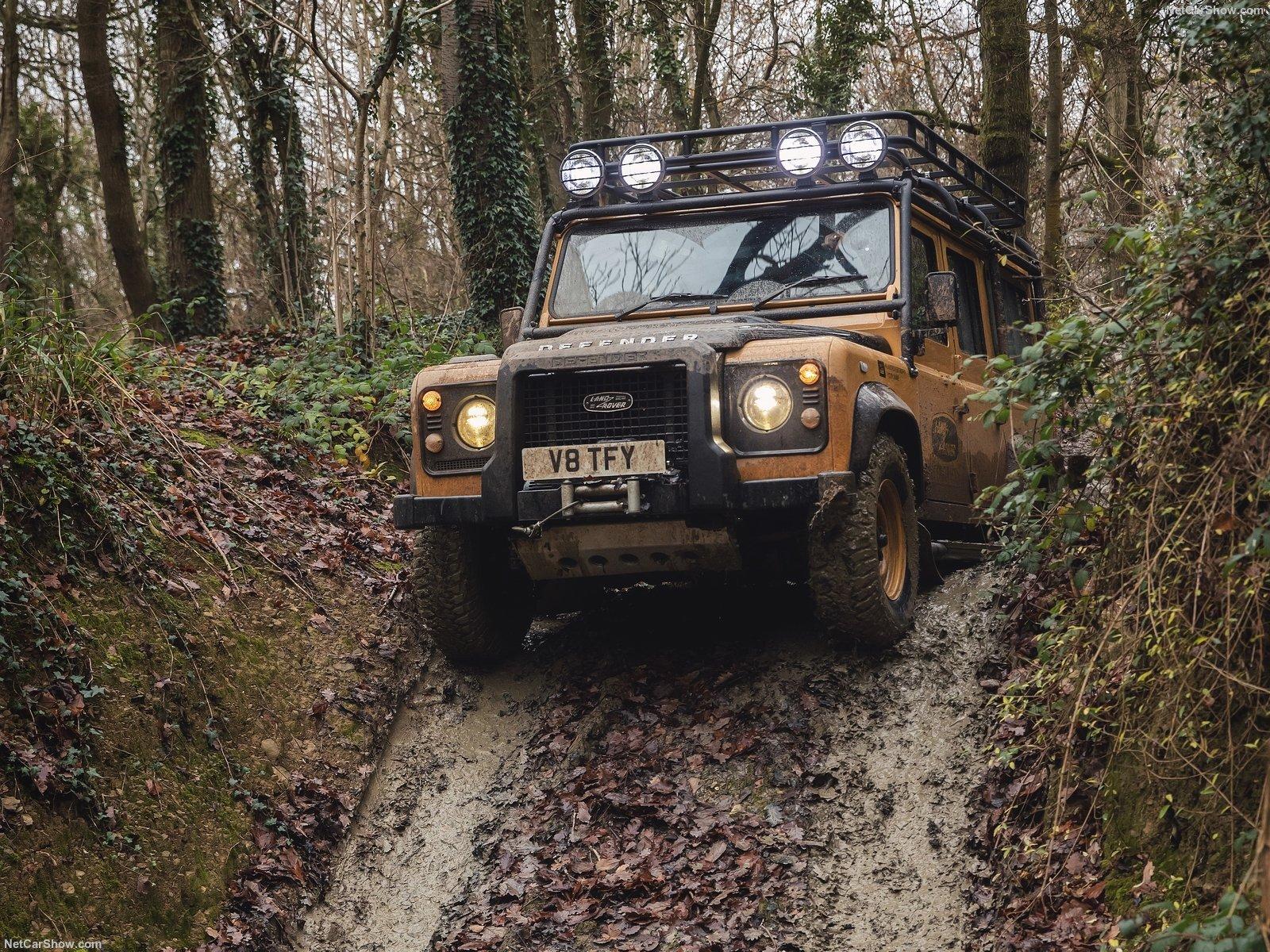Land Rover Defender Works V8 Trophy in azione su terreni accidentati
