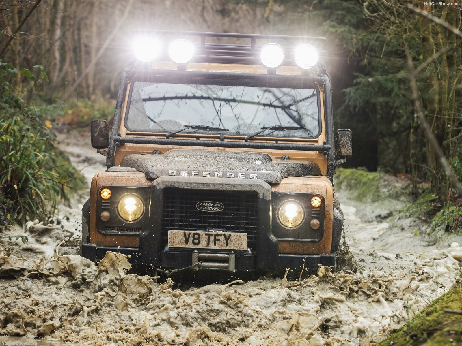 Land Rover Defender Works V8 Trophy alle prese con il fango