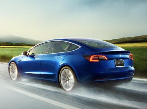 Dà fuoco alla sua Tesla Model 3 dopo essere diventato ricco con le azioni di GameStop