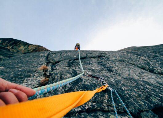 Corda, moschettoni e attrito: il vantaggio meccanico in arrampicata