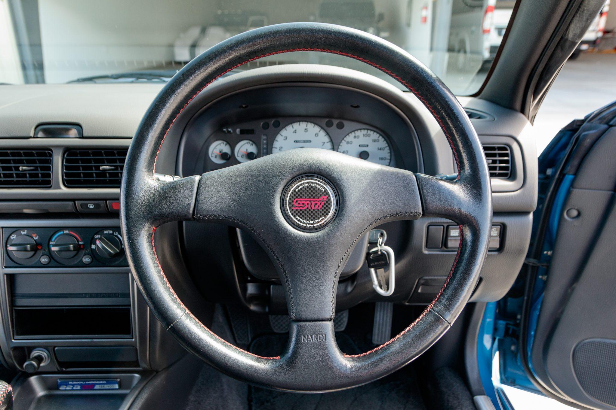Gli interni della Subaru Impreza 22B STi venduta all'asta