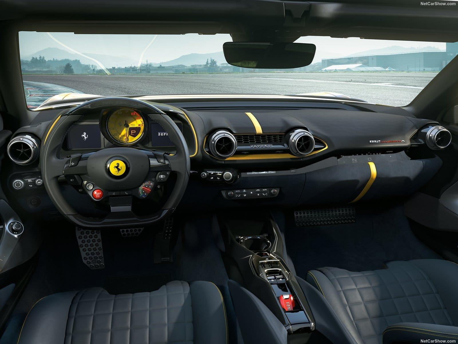 Gli interni della Ferrari 812 Competizione