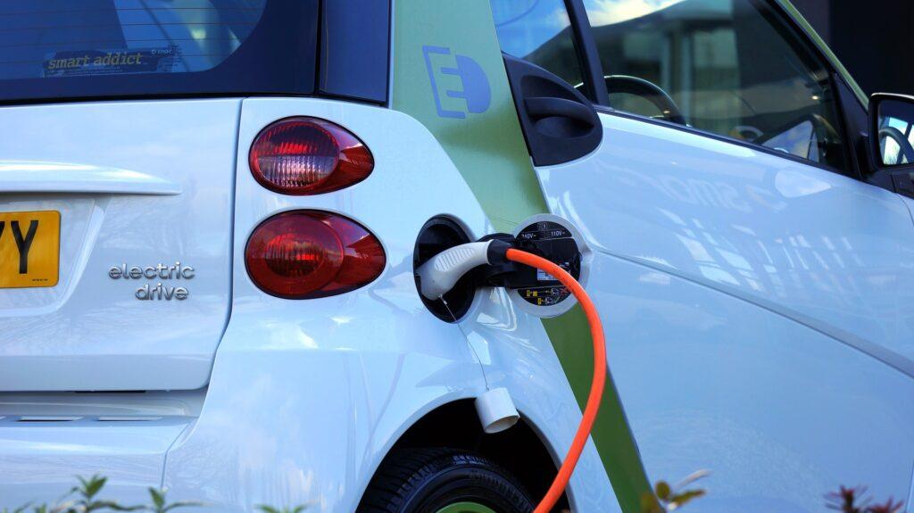 Ricaricare le auto elettriche in autostrada