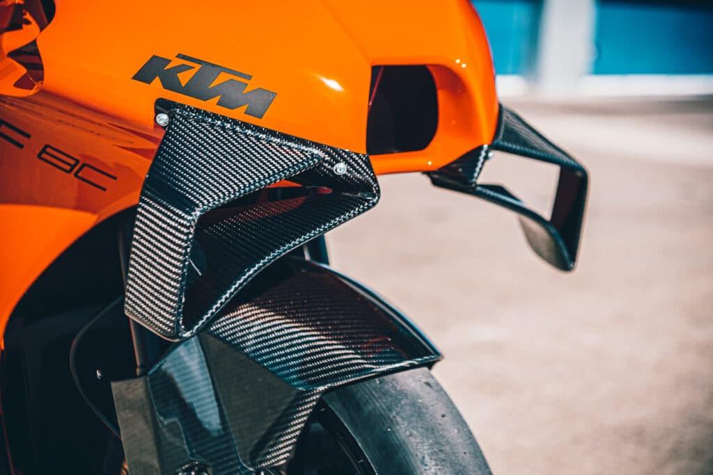 KTM RC 8C: un dettaglio della parte anteriore della carena, con l'alettone in fibra di carbonio in bella evidenza