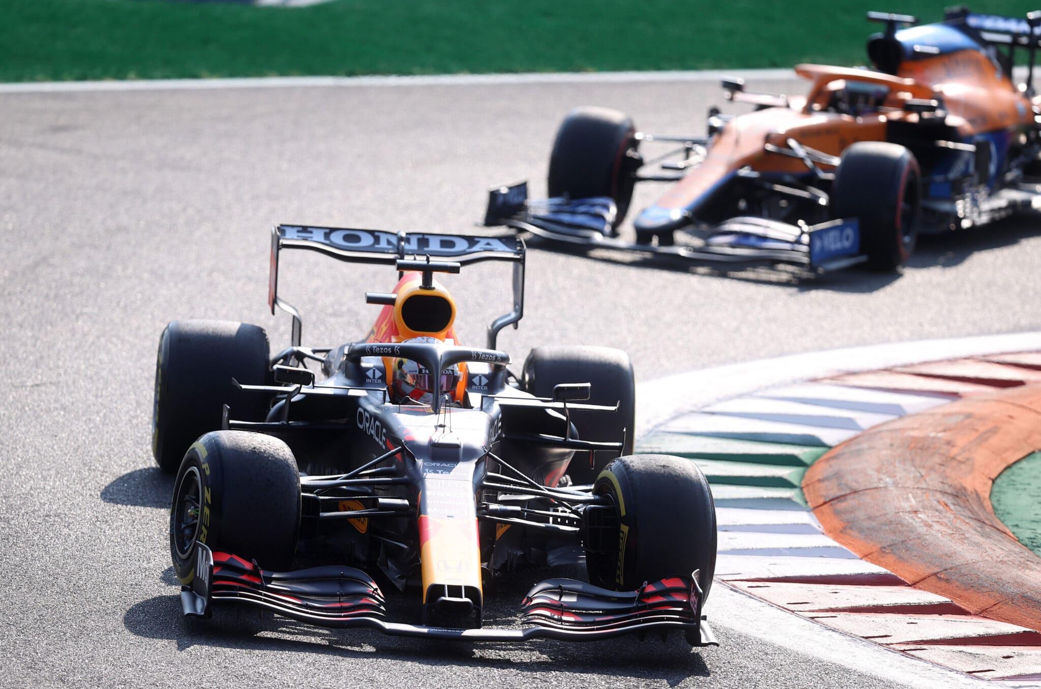 Max Verstappen sul circuito di Monza. Si può notare l'aerodinamica particolarmente scarica