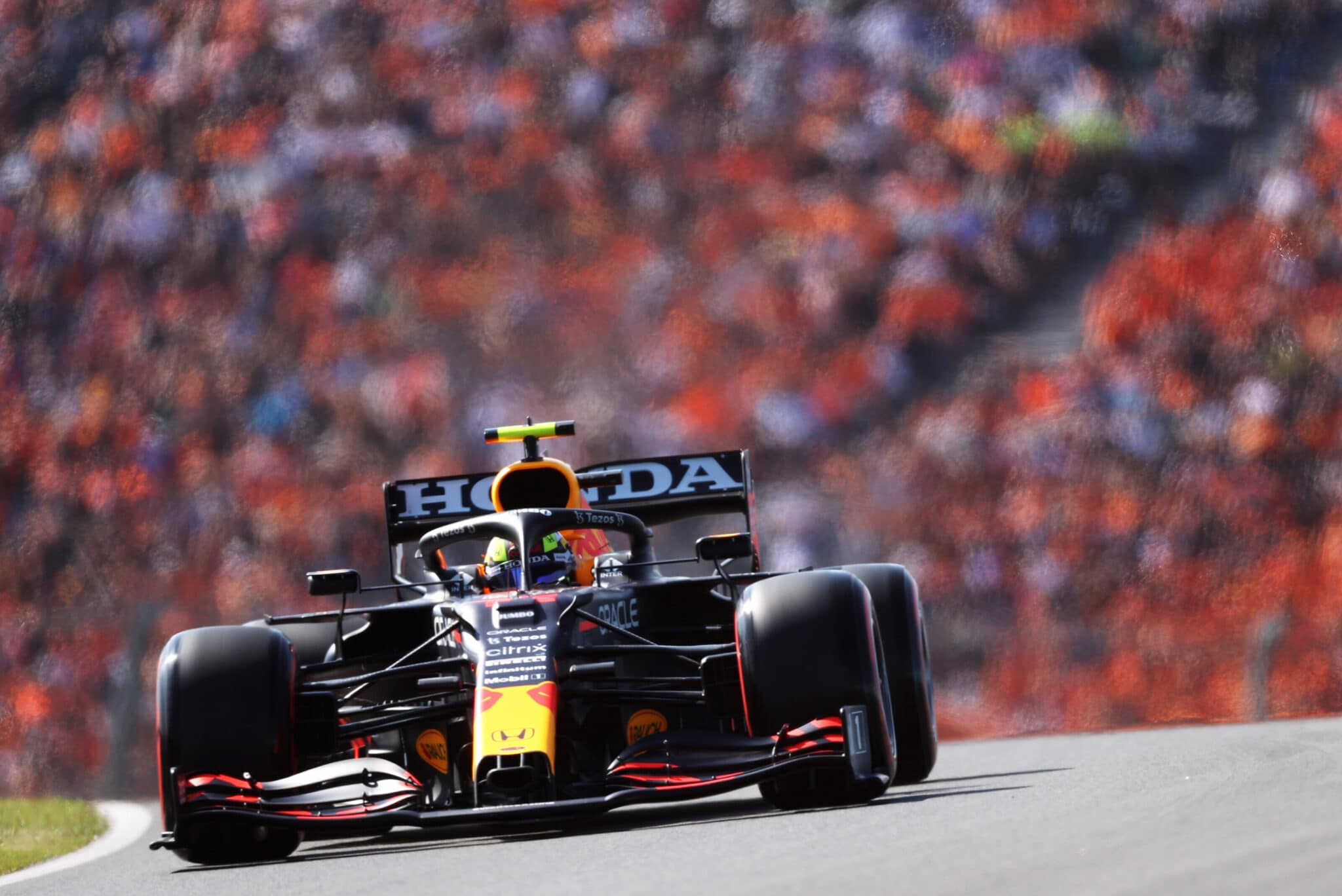 Sergio Perez a Zandvoort. In foto si può notare l'ala posteriore più carica - Copyright foto: Red Bull Content Pool